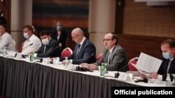 Takimi i zyrtarëve të qeverisë së Kosovës me kryetarët e komunave.