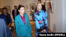 Прэм'ер-міністарка Сэрбіі Ана Брнабіч (зьлева) і партнэрка Міліца Джурыч у Нацыянальным музэі ў Белградзе, 29 чэрвеня 2018 году