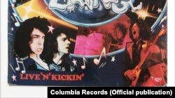 Detaliu de pe coperta albumului Live 'n' Kickin, West, Bruce & Laing, Columbia Records, 1974.