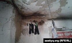 Асыраушысынан айырылған отбасы, көпбалалы ана Ділбәр Құттыбай тұрып жатқан жалдамалы үйдің қабырғасы. Шымкент, 31 қазан 2016 жыл.