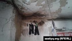 Развешанное под потолком белье в доме, который снимает Дильбар Куттыбай. Шымкент, 31 октября 2016 года.