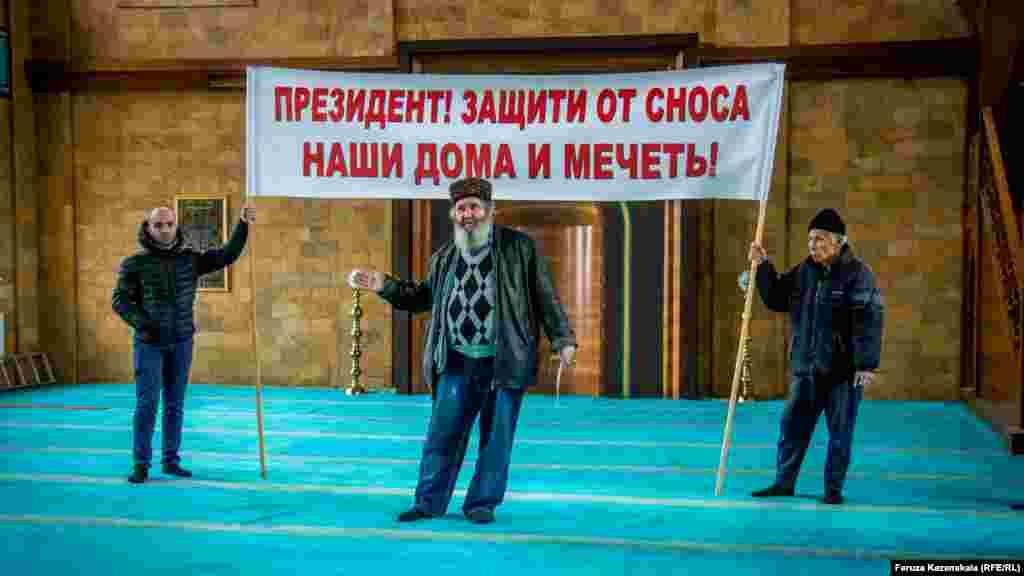 В симферопольском микрорайоне Стрелковая 4 февраля активисты «поляны протеста» объявили массовую голодовку «против произвола крымских властей»