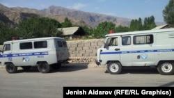 Баткен облысының шекаралас аймағында жүрген полиция микроавтобустары. Қырғызстан, 4 тамыз 2015 жыл.