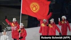 Кыргызстандык спортчулар Кышкы олимпиадада мамлекеттин желегин көтөрүп баратышат. Түштүк Корея, 9-февраль, 2018.