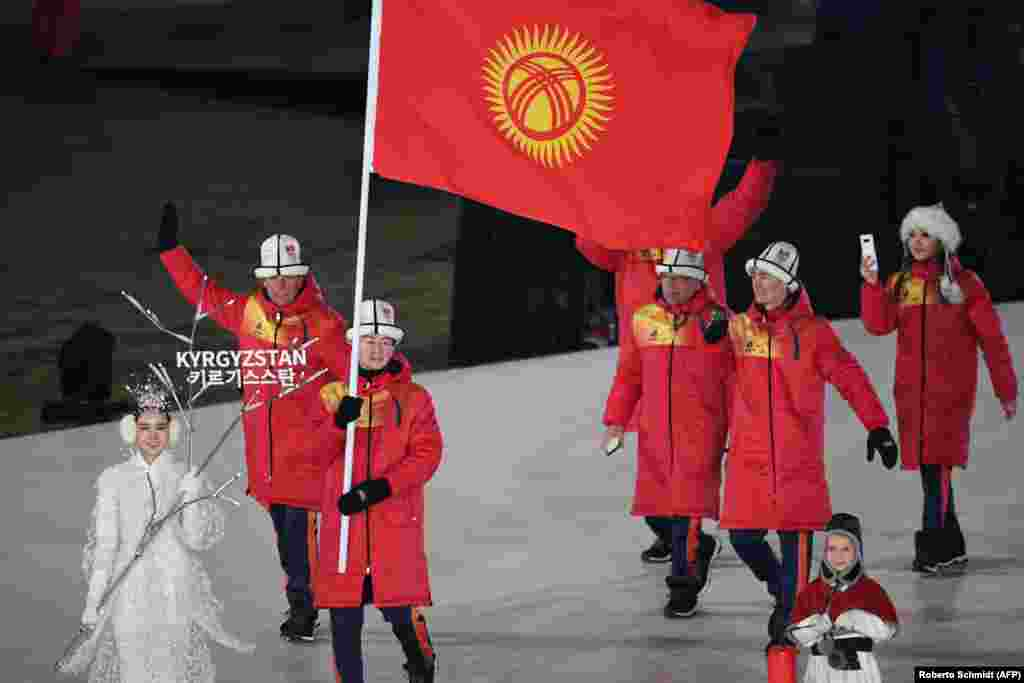 Түштүк КореянынПхёнхчаң стадионунда Кыргызстандын желегин көтөрүп Тариел Жаркымбаев кыргыз делегациясын баштап баратат.