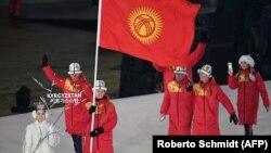 Тариэль Жаркымбаев ортодо туу көтөрүп баратат. Кышкы Олимп оюндарынын ачылышы. 9-февраль, 2018-жыл.