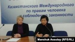 Директор Центра социально-политических исследований Олеся Халабузарь (слева) и представитель профсоюза «Одак» Алексей Нигай на пресс-конференции в Алматы. 15 октября 2015 года.