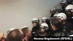 Policija i demonstranti u zgradi RTS-a
