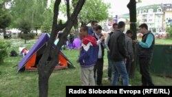 Средношколците кампуваат пред МОН.