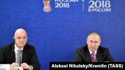 Presidenti rus, Vladimir Putin (djathtas) dhe presidenti i FIFA-s, Gianni Infantino.