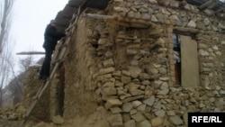 Пострадавший дом во время землетрясения в январе 2010 года