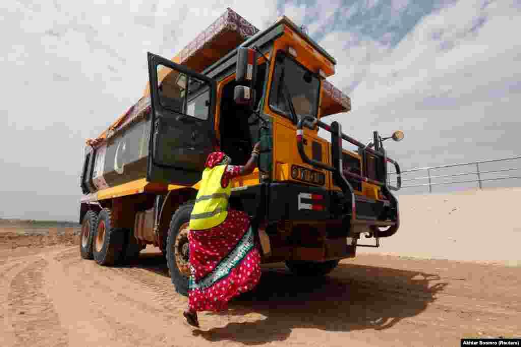 25 ýaşyndaky Gulaban, üç çaganyň ejesi ýük maşyn sürüjisi bolmak üçin tälim alýar. Pakistan, Tharparkar. (Reuters/Akhtar Soomro)