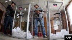Озброєні сепаратисти на одній з дільниць у Донецьку з голосування на так званому референдумі», 11 травня 2014 року