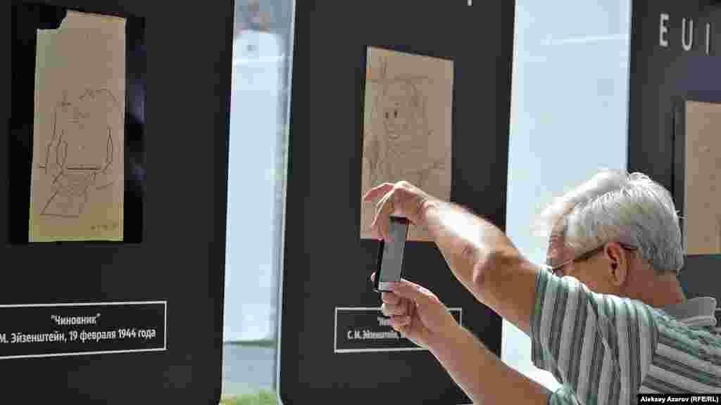 В первый день фестиваля в павильоне Esentai square открылась выставка рисунков одного из величайших кинорежиссеров XX века Сергея Эйзенштейна. На выставке около 15 работ. Все – оригиналы и сделаны в период нахождения Эйзенштейна в эвакуации в Алматы, во время которой он снял фильм «Иван Грозный». Мотивы рисунков в основном бытовые, и в них сквозит либо добрый юмор, либо сатира. Есть и автопортрет кинорежиссера, выполненный в китайском стиле. Ну а этого посетителя заинтересовал рисунок «Чиновник».