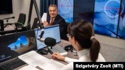 Orbán Viktor rendszeres pénteki interjúja közben a közrádióban, Nagy Katalin műsorvezető mellett, 2018. november 9-én.