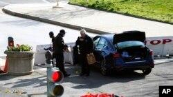 Нападателят се е врязал с колата си в една от бариерите, ограничаващи достъпа на автомобили до сградата на Конгреса
