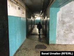 Ребенок в коридоре бывшего общежития по улице Луговой, 47/1. Уральск, 24 марта 2018 года.