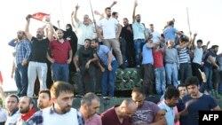 Турки празднуют на танках военных, которые перекрывали мост через Босфорский пролив, но сдались, 16 Июля 2016