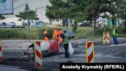 «Лесоповал» и пробки: в Симферополе ремонтируют улицу (фотогалерея)