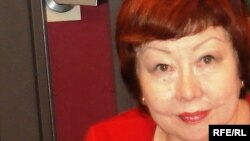 Акуштап Бактыгереева, казахская поэтесса, дает интервью в студии радио Азаттык. Прага, 2 сентября 2008 года.