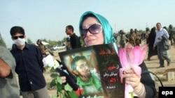 سوگواران مراسم چهلم سهراب اعرابی در بهشت زهرا تهران