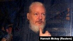 Julian Assange fotografiat în mașina poliției imediat după arestarea lui pe 11 aprilie 2019