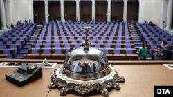 В сградата на бившия Партиен дом, която в сряда стана новото седалище на Нардоното събрание, достъпът на журналистите до депутати и връзката с интернет са ограничени