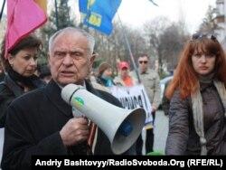 Дмитро Павлчко під час пікетування Посольства Росії в Україні, Київ,18 квітня 2014 року