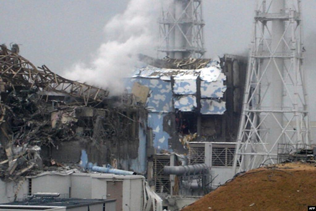 Пошкоджений третій (ліворуч) і четвертий реактори електростанції «Фукусіма-1», 16 березня 2011 року – того дня на станції спалахнула нова пожежа