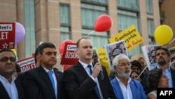 Direktor odjela za zagovaranje i komunikaciju Internacionalnog instituta za novinare Steven M. Ellis drži govor tokom demonstracija ispred sudnice u Istanbulu, 24. juli 2017.