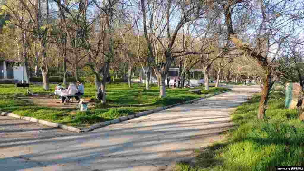 Парковая зона недалеко от разрушенного пляжа