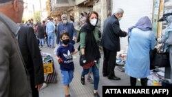 شهروندان ایرانی روز ۲۰ اردیبهشت ماه در یکی از خیابانهای تهران