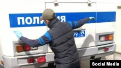 Кыргыз жараны Москванын полициясы аны кантип ур-токмокко алганын көрсөтүп берип жатат. Май, 2020-жыл.