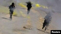 Ауған ұлттық армиясы сарбаздары жаттығу жасап жүр. Кабул, 2013 жылдың қазаны.