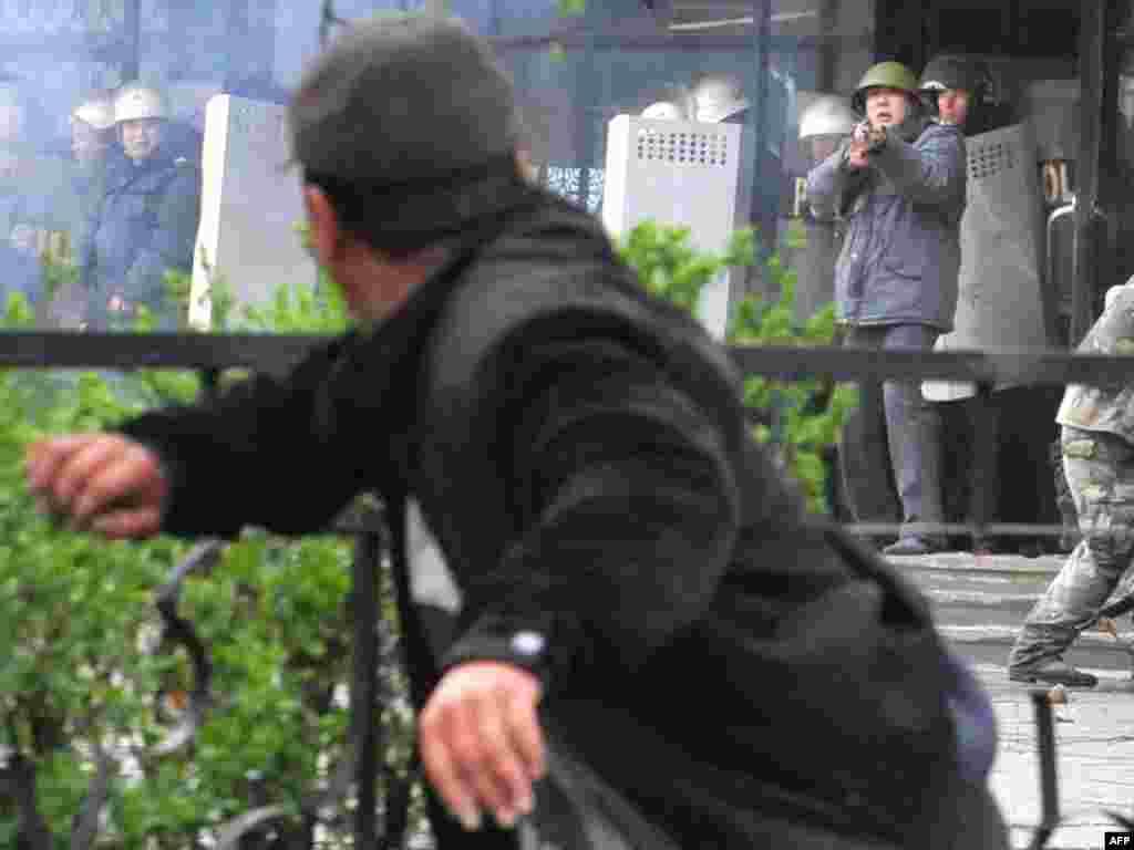 Столкновения сторонников оппозиции с милицией. Бишкек, 7 апреля 2010 года.