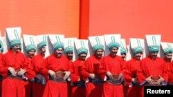 گروهی با لباسهای سنتی دوره عثمانی در جریان تظاهرات ضدکودتا