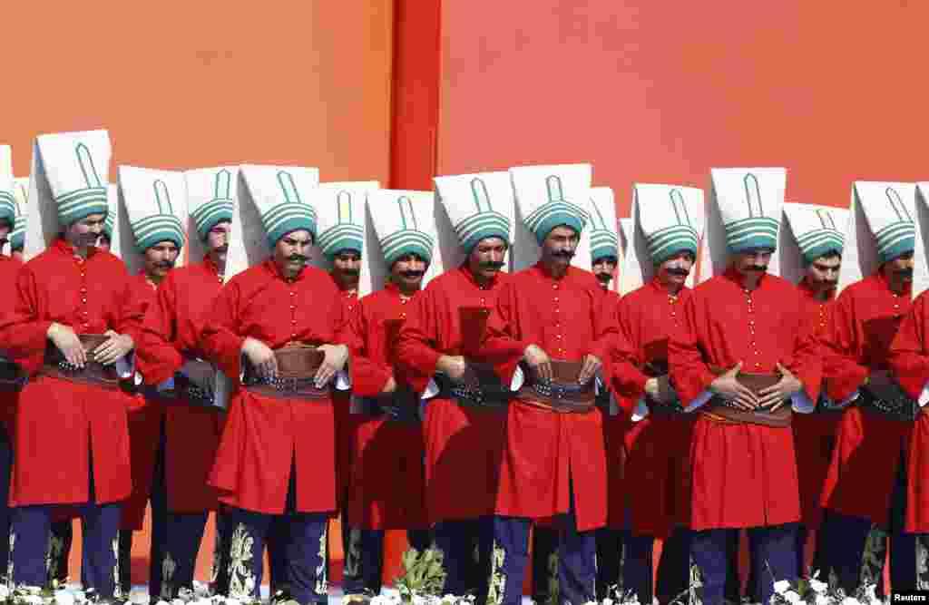 Люди у церемонійній османській військовій формі