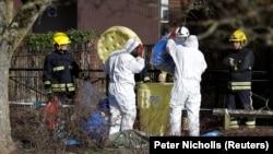 Pamje teksa shihen pjesëtarë të forenzikës duke hetuar vendin e sulmit kundër Skripalëve.