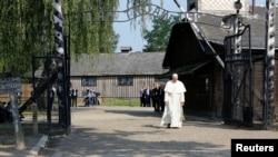 Papa Françesk gjatë vizitës në kampin nazist të vdekjes në Aushvic