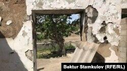 Один из пострадавших во время приграничного конфликта домов. Баткенская область.
