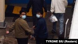 Поліція також обшукала будинок уже затриманого активіста Джошуа Вонга (на фото – праворуч з однодумцем Айвеном Лемом, листопад 2020 року)
