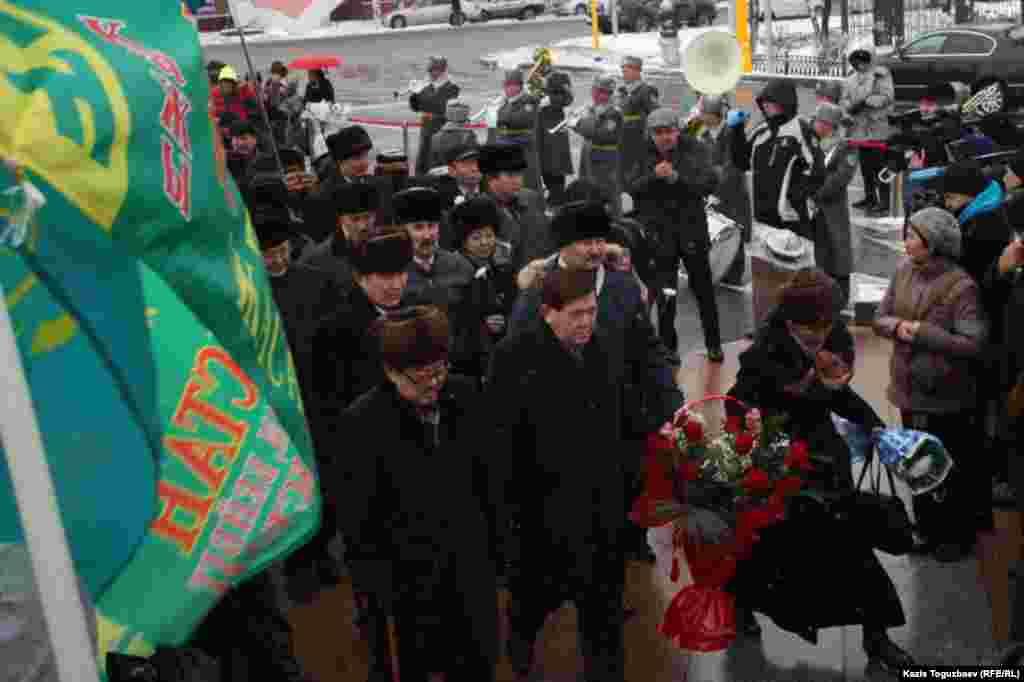 17 декабря в Алматы гражданские активисты, представители городских властей, провластных партий и общественных организаций в память о Декабрьских событиях 1986 года возложили цветы к монументу «Тәуелсіздік таңы» («Рассвет независимости»). Выступления казахской молодежи 16 и 17 декабря 1986 года в Алматы против политики Москвы были первой массовой акцией протеста в Советском Союзе в период «политики перестройки». Участники демонстраций подверглись репрессиям, около ста человек были приговорены к различным мерам уголовного наказания.