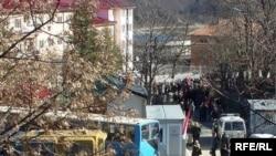 Protestuesit serbë para gjykatës në Mitrovicë, 14 mars 2008.