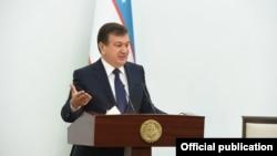 Президент Узбекистана Шавкат Мирзияев выступает на внеочередной сессии Кенгаша народных депутатов Навоийской области. Фото пресс-службы президента Узбекистана.