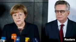 Германия канцлері Ангела Меркель мен ішкі істер министрі Томас де Мезьер.