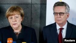 Канцлер Германии Ангела Меркель и министр внутренних дел Германии Томас де Мезьер.