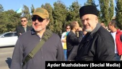 Владелец ATR Ленур Ислямов и глава Меджлиса Рефат Чубаров на админгранице с Крымом
