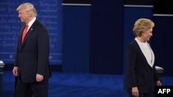 Кандидати у президенти США Гілларі Клінтон (п) і Дональд Трамп перед початком других президентських дебатів в Університеті Вашингтона в Сент-Луїсі, 9 жовтня 2016 року