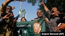 Сторонники бывшего премьер-министра Пакистана Наваза Шарифа у здания Высокого суда в Исламабаде. 19 сентября 2018 года