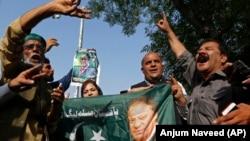 Пәкістан экс-премьері Наваз Шарифтің жақтастары оның суретін ұстап Исламабад Жоғарғы сотының алдында тұр. Исламабад, 19 қыркүйек 2018 жыл.